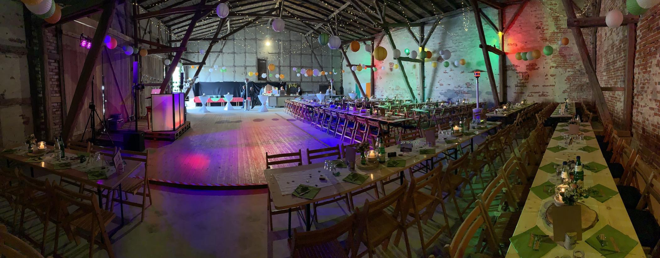 Hochzeits DJ in einer Scheune gefeiert